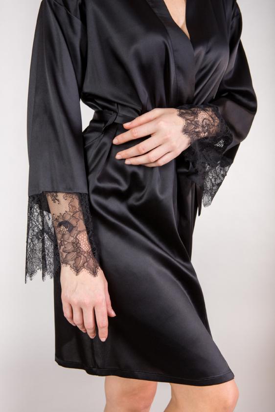 czarny szlafrok ze zmysłową koronką
